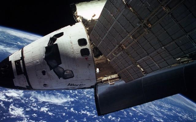 Space-Shuttle-Atlantis-MIR