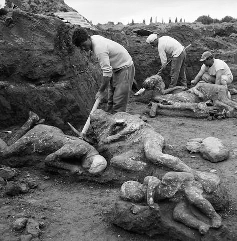 قرية الفاحشة pompeii-excavation.jpg
