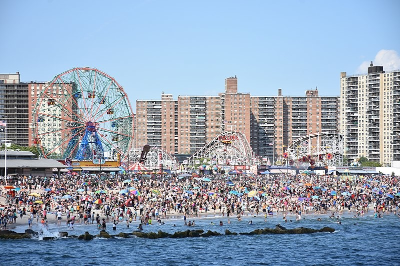800px-Coney_Island_beach_and_amusement_parks_(June_2016)