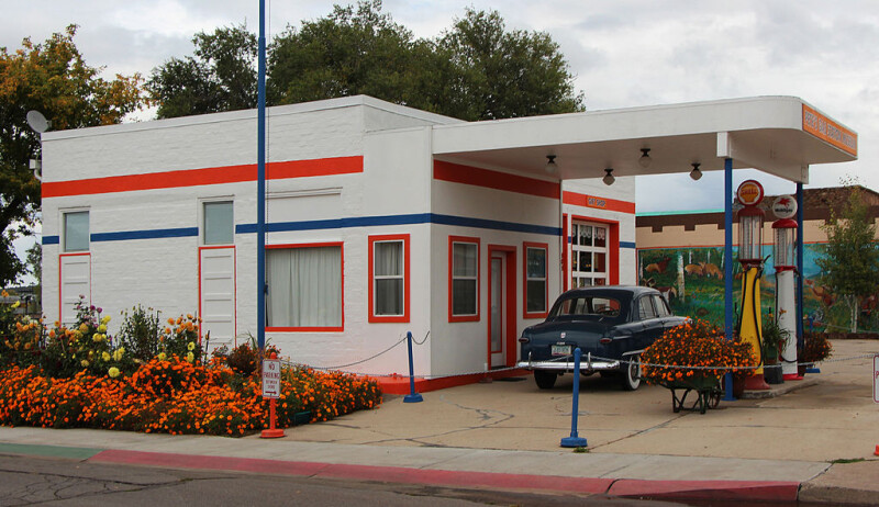 1024px-Williams-Vintage-Gas-Station