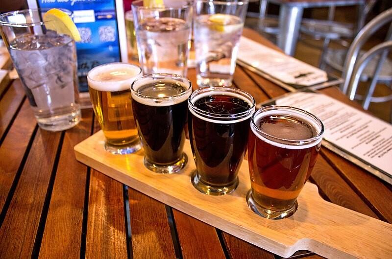 800px-South_Rims_Wine_&_Beer_Garage_(25947811115)