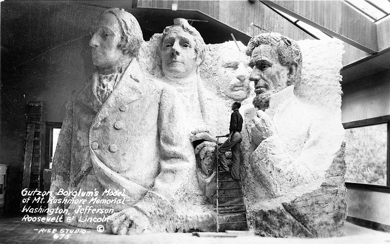 800px-Gutzon_Borglum's_model_of_Mt._Rushmore_memorial