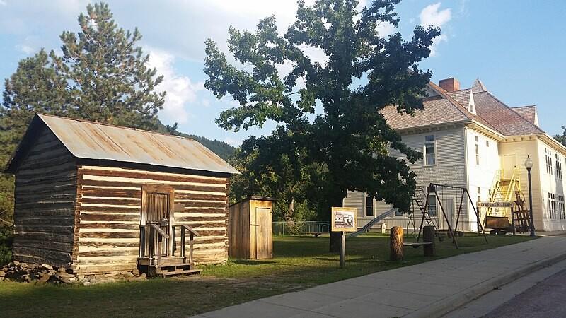 800px-Keystone_South_Dakota_schools,_1895_and_1899,_now_a_museum