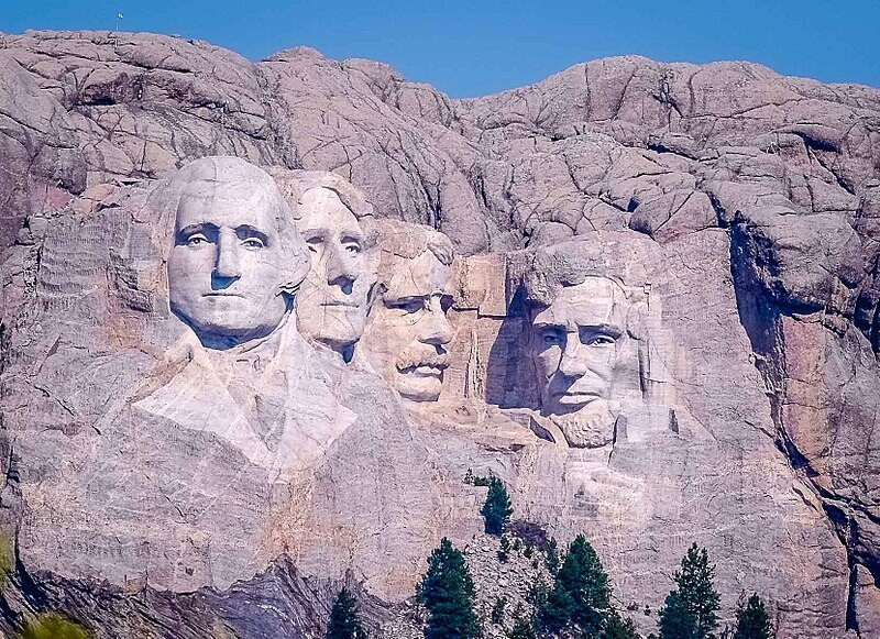 800px-Mount_Rushmore_distant_view